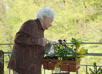 Ein Patient pflegt die persönliche Grünanlage