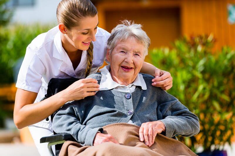 Behandlung eines Patienten in der Kurzzeitpflege
